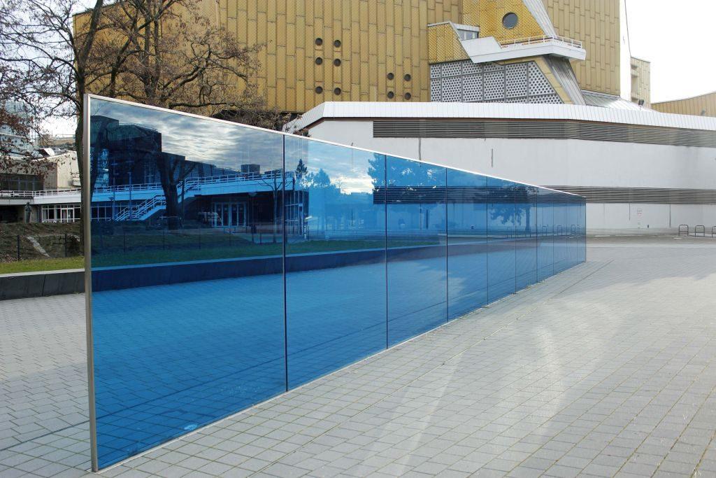Eine blaue Glaswand steht vor der Berliner Philharmonie