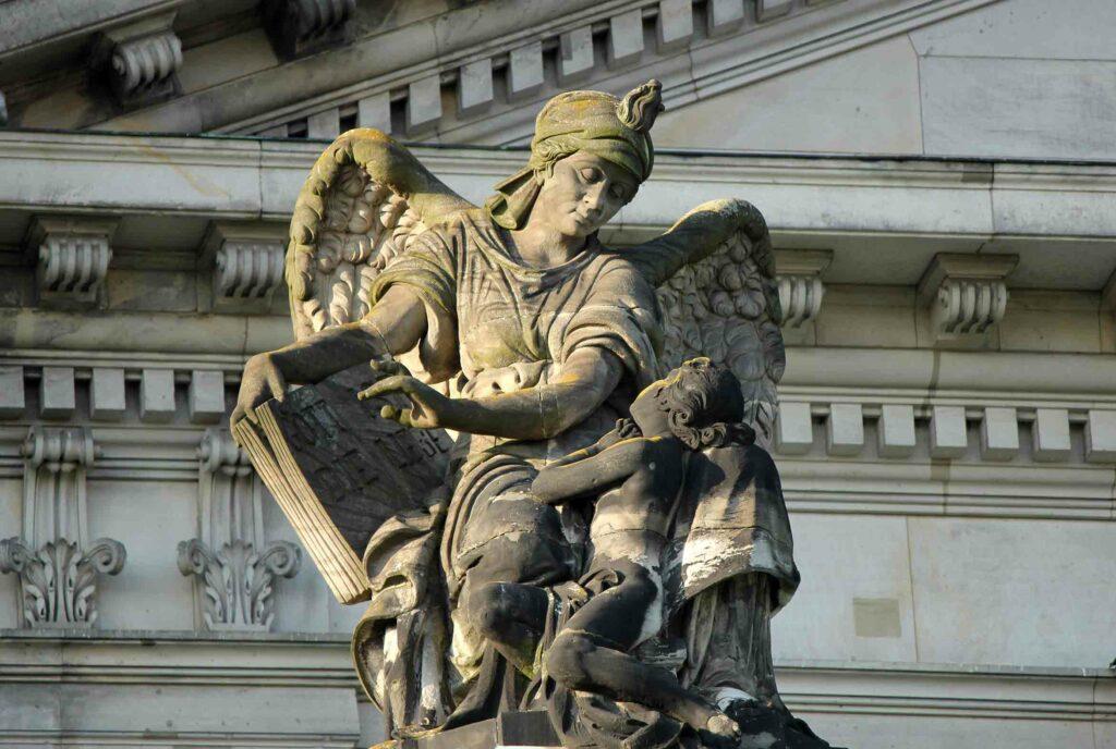 """Figur """"Gott ist die Liebe"""" auf dem Berliner Dom"""
