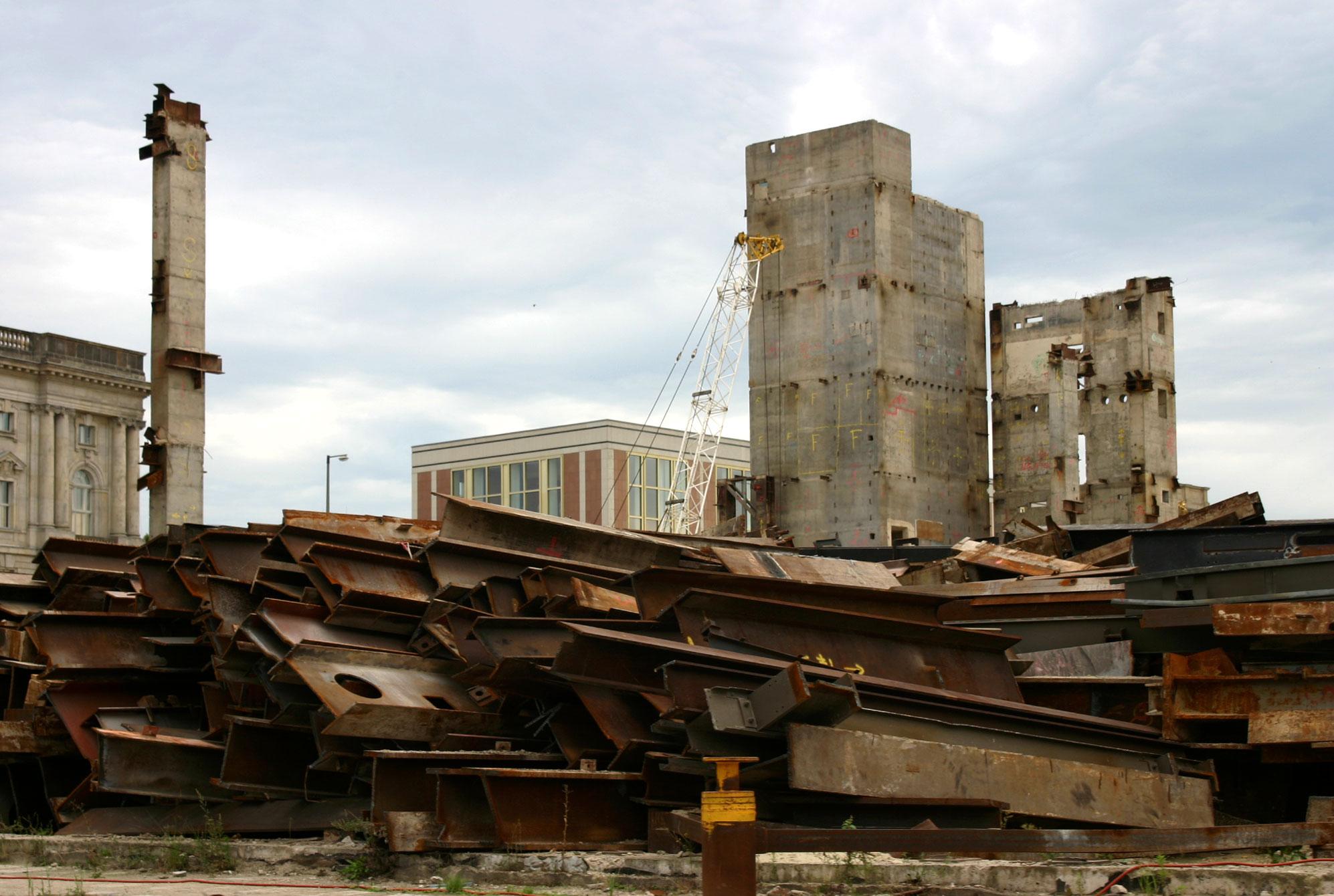Ruinen vor der ehemaligen Staatsratgebäude