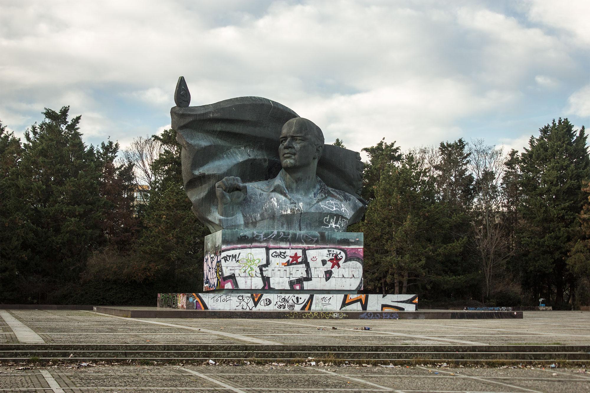 Ernst Thälmann Denkmal  mit dem umgebenden Platz