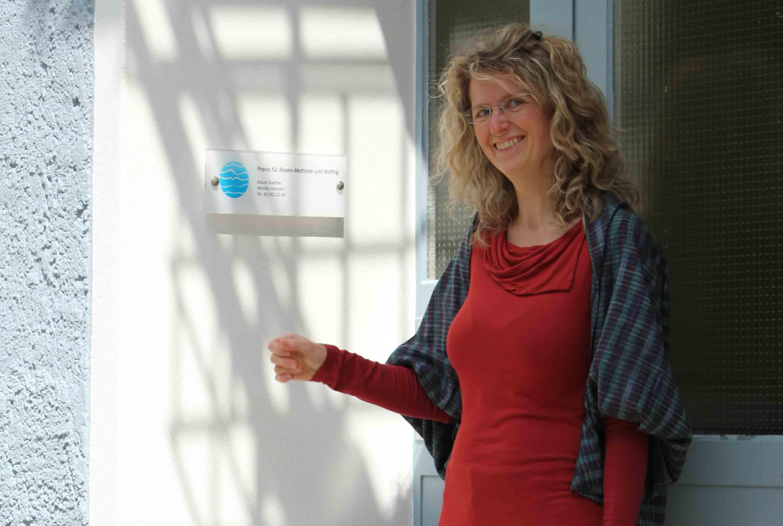 Maud Guettler an ihrem Praxisschild