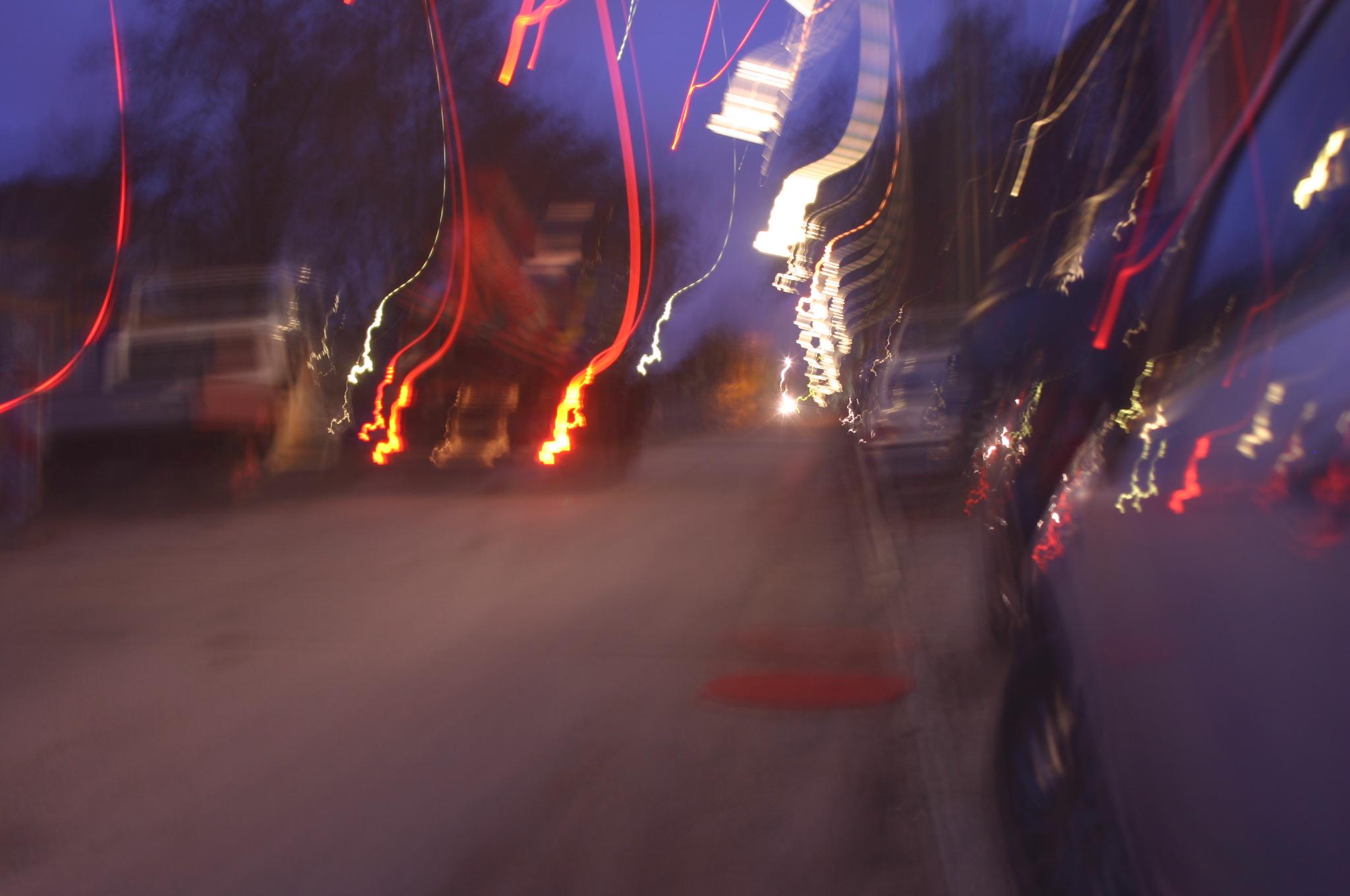 Roter runder Teppich auf der Straße in der Dämmerung