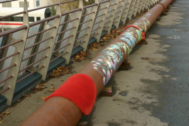 Roter runder Teppich über ein langes Rohe gehängt